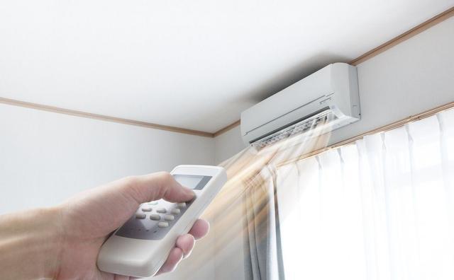 空气源热泵主要使用室外空气中的能量作为低温热源,通过传统空调器的冷凝器或蒸发器进行冷热交换,空气源热泵运用范围广,使用灵活,可制冷制热,且施工成本低,是现在市场上运用非常多的一种中央空调。空气源热泵同样也有其弊端,由于其采用室外空气作为热源,所以在气温极低的北方地区,冬季制热的效率大大下降。  空气源热泵原理图  水源热泵系统 地源热泵中央空调按照工作方式可分为开式水源热泵(简称水源热泵)和闭式地源热泵。开式水源热泵中央空调是通过将室内能量与地下水、河水、海水、湖泊等水源进行能量交换,通过热泵机组将能量传
